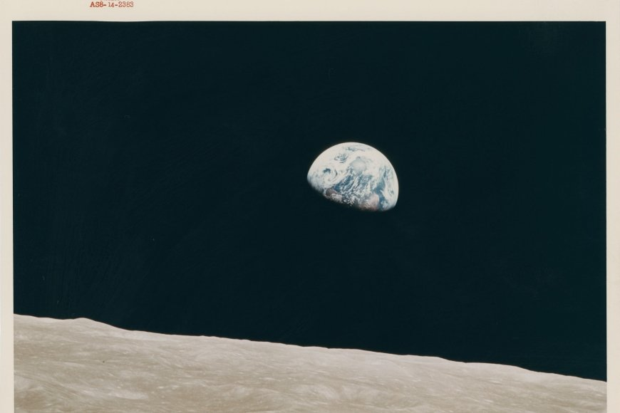 William Anders, First Earthrise seen by human eyes, Apollo 8, 24 December 1968, Chromogener Vintage-Druck auf faserbasiertem Kodak-Papier, 20,3 x 25,4 cm Collection Victor Martin-Malburet, Foto: NASA/Collection Victor Martin-Malburet © William Anders