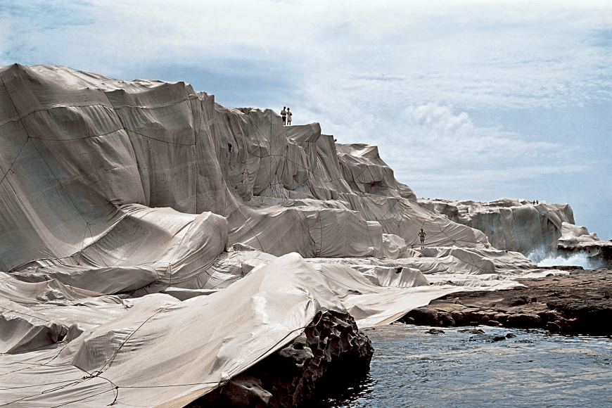 Christo und Jeanne-Claude, Wrapped Coast, One Million Square Feet, Little Bay, Sydney, Australia, 1968-69, Foto: Shunk-Kender, © 1969 Christo