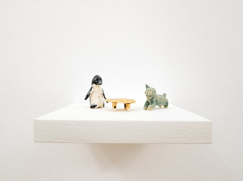Asha Schechter, Penguin and Pig post-breakup, 2019, glazed ceramic, ca. 8 x 12 x 5,5 cm