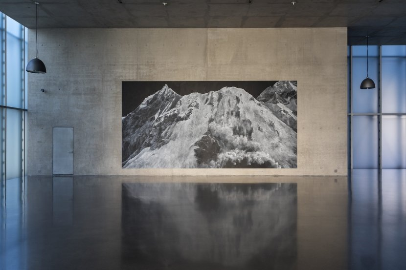 Tacita Dean, Ausstellungsansicht EG, Kunsthaus Bregenz, The Montafon Letter, 017, Kreide, 9 Tafeln, 366 x 732 cm, Foto: Markus Tretter | Courtesy of the artist, Glenstone Museum, Potomac, Maryland, Marian Goodman Gallery, New York / Paris, und Frith Street Gallery, London © Tacita Dean, Kunsthaus Bregenz
