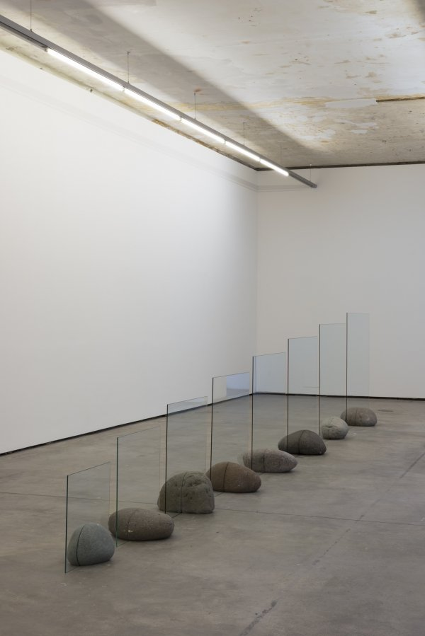 Jose Dávila, Untitled, 2018, Clear glass and boulders, 817 x 136.8 x 42.6 cm | Courtesy the artist and Travesía Cuatro, Madrid, Guadalajara | Foto: Stefan Lux