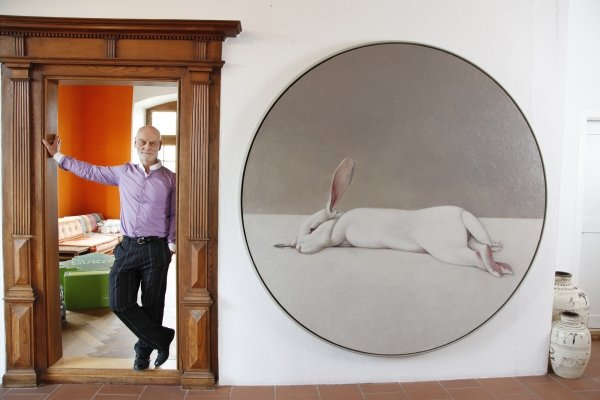 Uli Sigg neben Shao Fan, Moon Rabbit, 2010 | Sigg Collection | Foto: Karl Heinz Hug