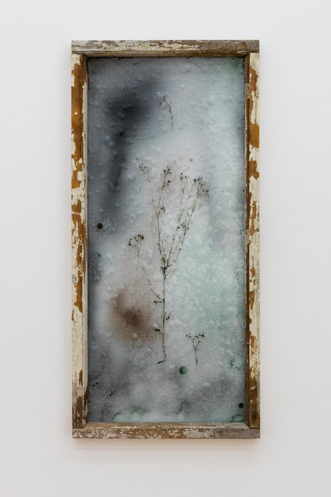Augustas Serapinas, Notes from Užupis 2, 2019, Gefundenes Holz, Stained Glass-Technik, 98 x 46 cm courtesy Emalin, London, Photo: Sebastian Kissel