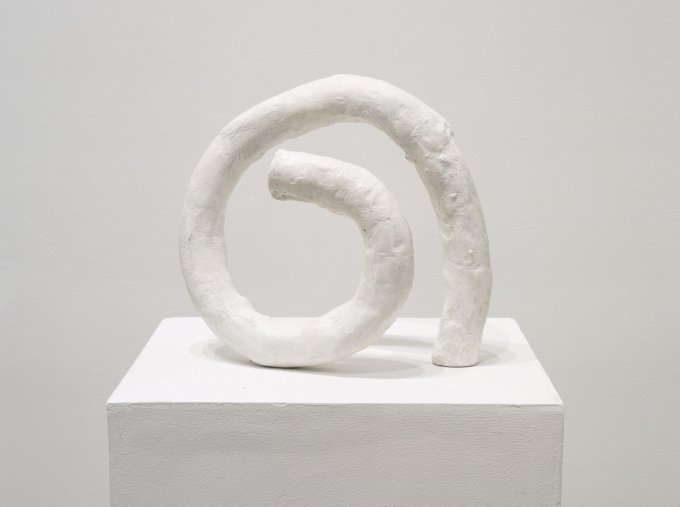 Franz West, Erstes Passstück, 1978/1994, Gips, Stahl, Dispersion, Video, 23,6 x 29,7 x 10,2 cm | Hauser Wirth Collection, Schweiz