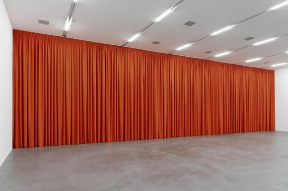 Maria Eichhorn, Vorhang (orange), 1989/2001/2018, Vorhang (Baumwollstoff, Vorhanggleiter, Vorhangschiene), Grösse variabel, hier: 436 x 1600 x 30 cmStefan Altenburger Photography, Zurich © ProLitteris, Zürich