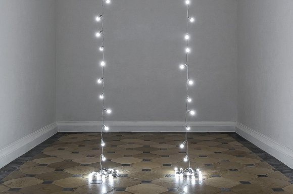 Felix Gonzalez-Torres »Untitled« (Lovers – Paris), 1993 Light bulbs, porcelain light sockets and extension cords Two parts: Overall dimensions vary with installation Collection Glenstone Museum, Potomac, Maryland © The Felix Gonzalez-Torres Foundation Courtesy of Andrea Rosen Gallery, New York © Photo: KHM-Museumsverband